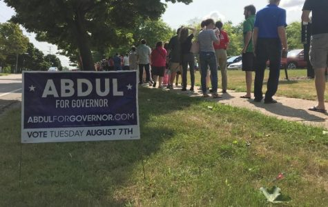 Local residents line up for Abdul El-Sayed rally in Grand Rapids.  GVL / McKenna Peariso