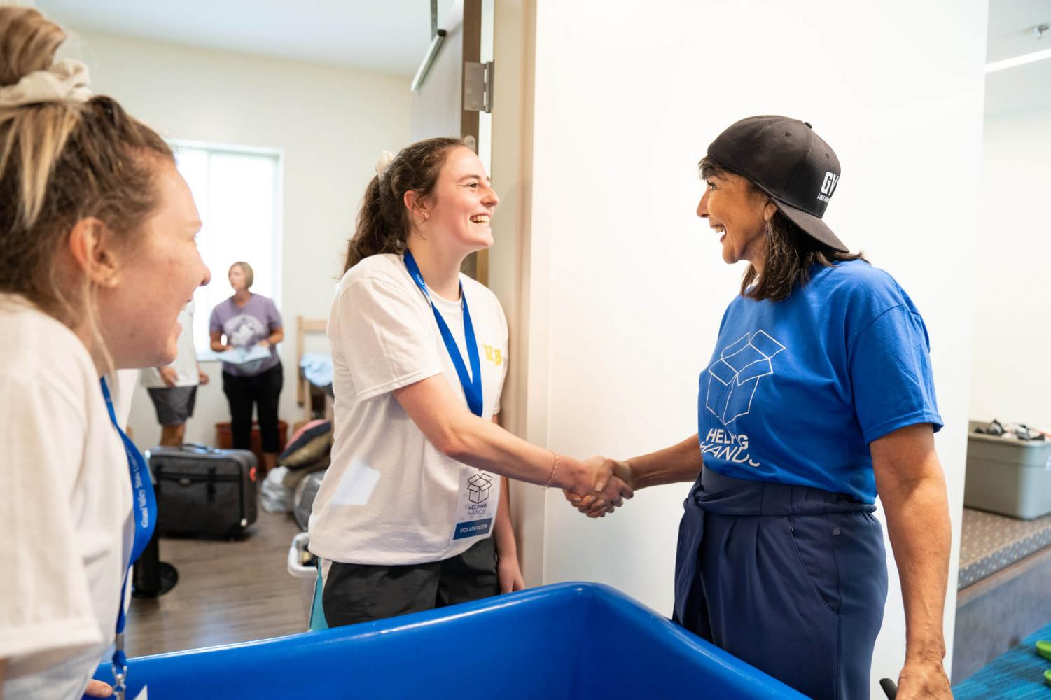 President Mantella meets students during move-in. The Helping Hands program gave GVSU faculty and staff an opportunity to help students settle in. COURTESY | AMANDA PITTS